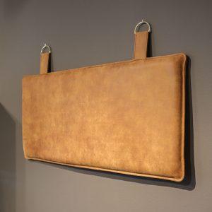 Ryghynde til væg i brunt læder med messing ringe