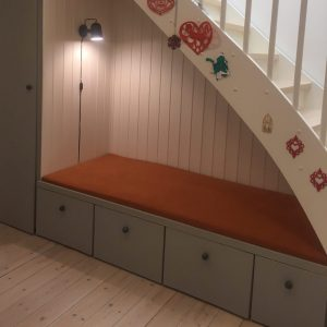 Bænkhynde under trappe